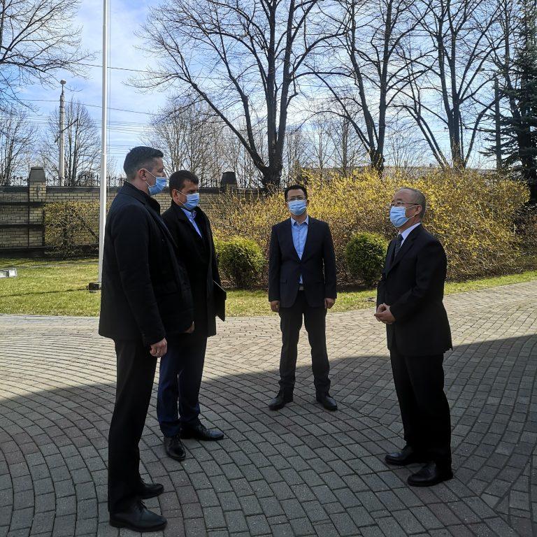 Ķīnas vēstniecība nodeva Latvijas parlamenta rīcībā 5000 respiratoru